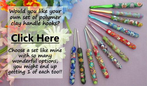 ensemble complet de crochets en aluminium avec poignée en pâte polymère susan bates avec fleurs multicolores et superposition de texte