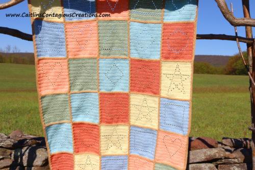 photo de couverture finie avec motif de crochet carré en forme de triangle inclus