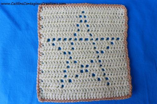 Motif au crochet carré en forme d'étoile avec bordure de couleur neutre.