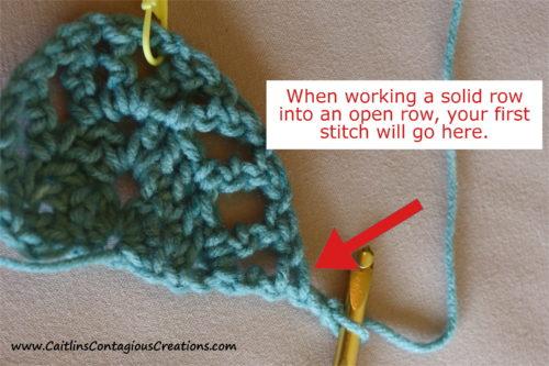 Astuce n ° 2 pour aider à compléter le modèle de crochet châle triangle pour débutant.