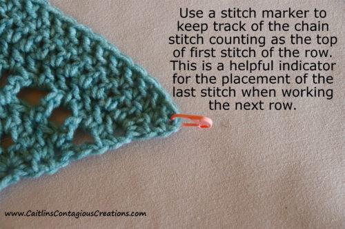 Astuce n ° 1 pour aider à compléter le modèle de crochet châle triangle pour débutant.